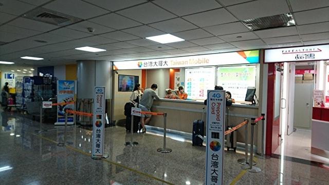 空港でsimカードを購入する人