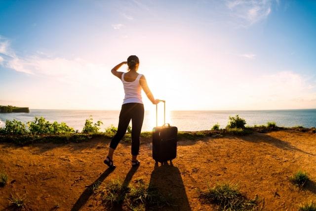 ひとり旅をする女性