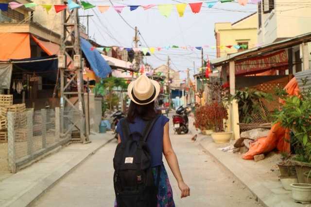 海外ひとり旅をする女性