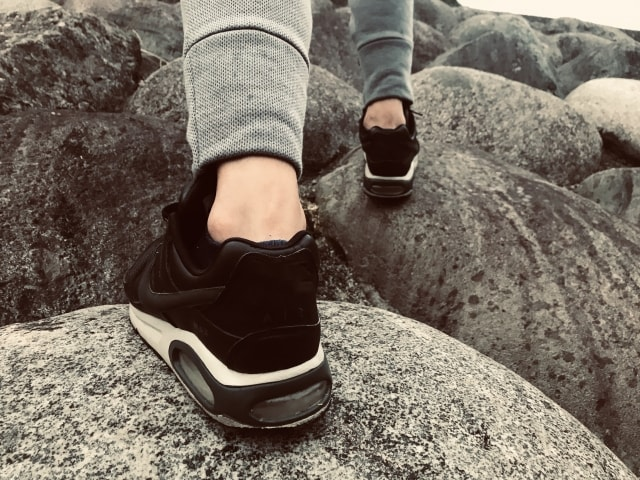 スニーカーで歩く男性