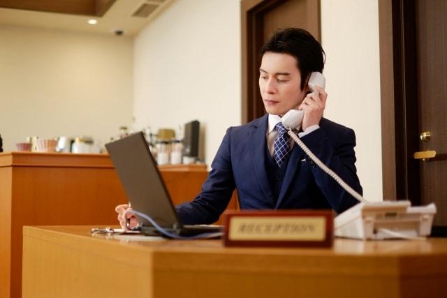 ホテルで働く日本人男性